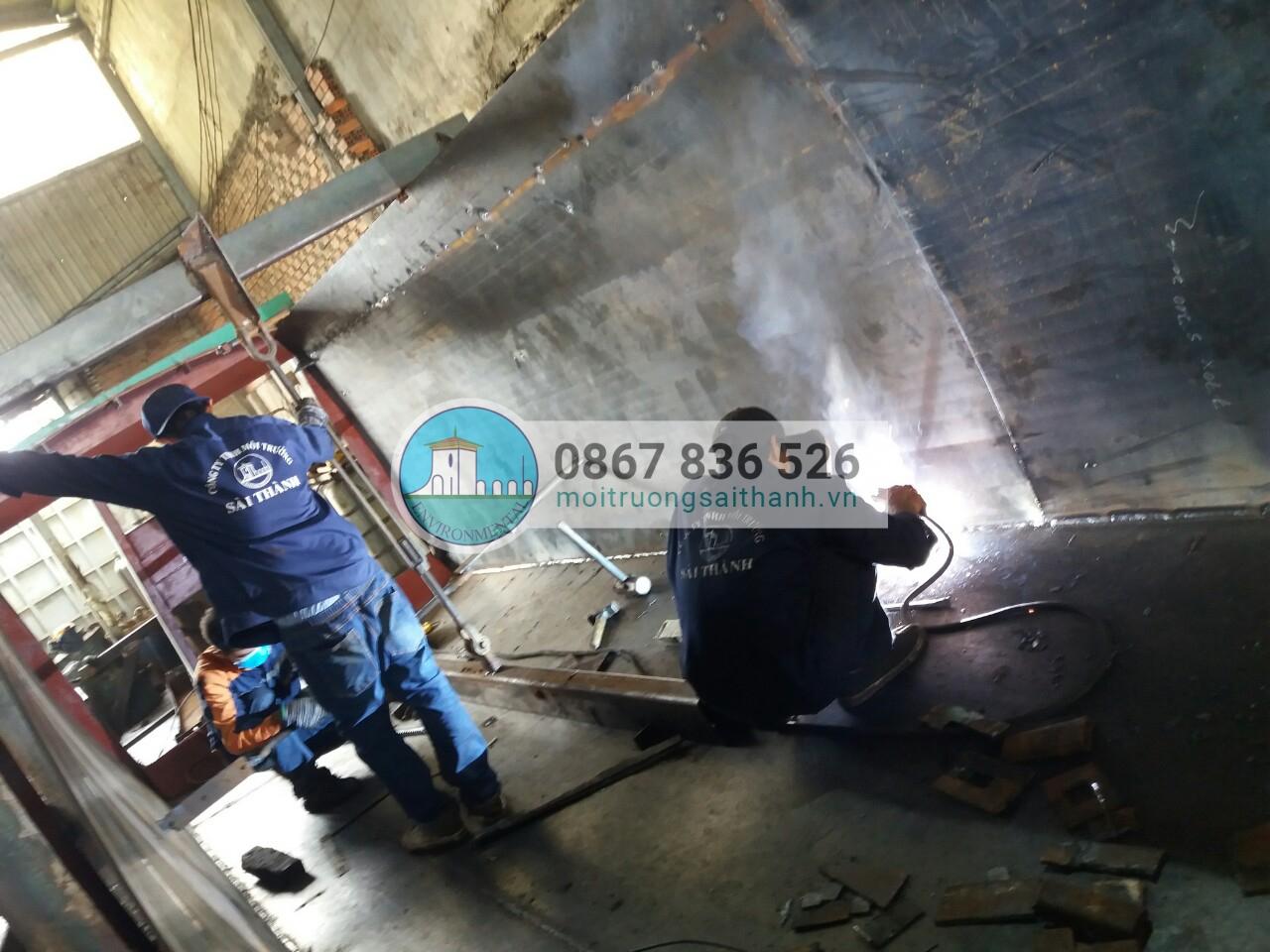Công nhân công ty Sài Thành sửa chữa xe thùng xe container