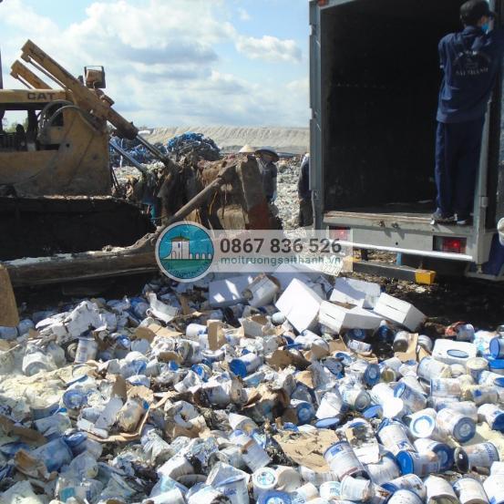 Công ty Sài Thành thực hiện tiêu hủy lô sữa hết hạn sử dụng