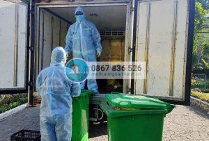 Thu gom rác thải tại các khu cách ly